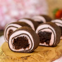 Strawberry Chocolate Brownie Dessert Roll-Ups