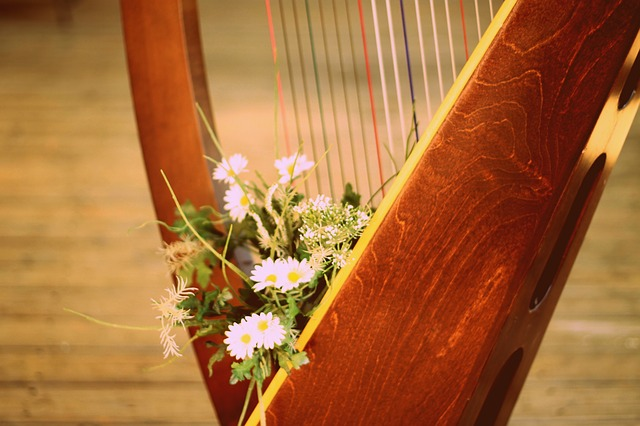Lever harp with flower bouquet